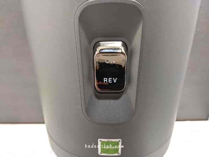 ヒューロム(HUROM)スロージューサー H-200のスイッチをオンにして搾汁を開始する