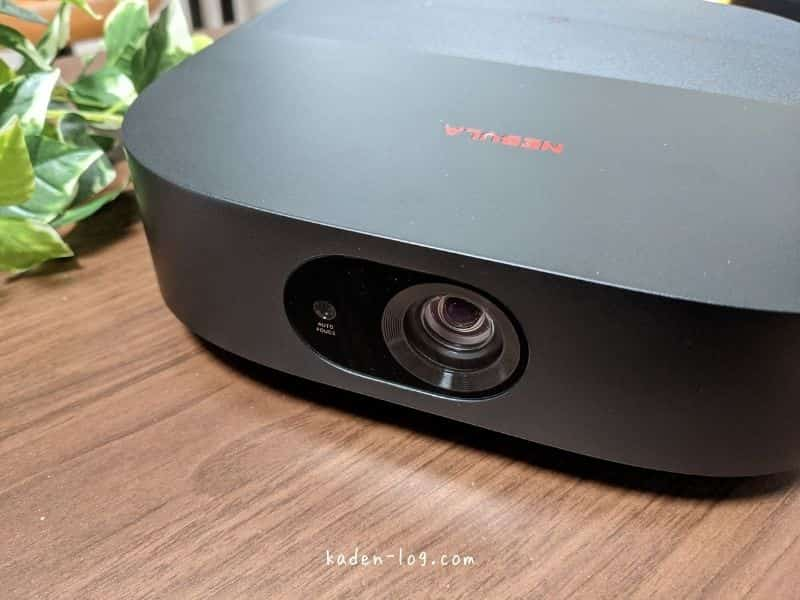 モバイルプロジェクターAnker Nebula Vega Portableはシンプルデザインでリビングに馴染む